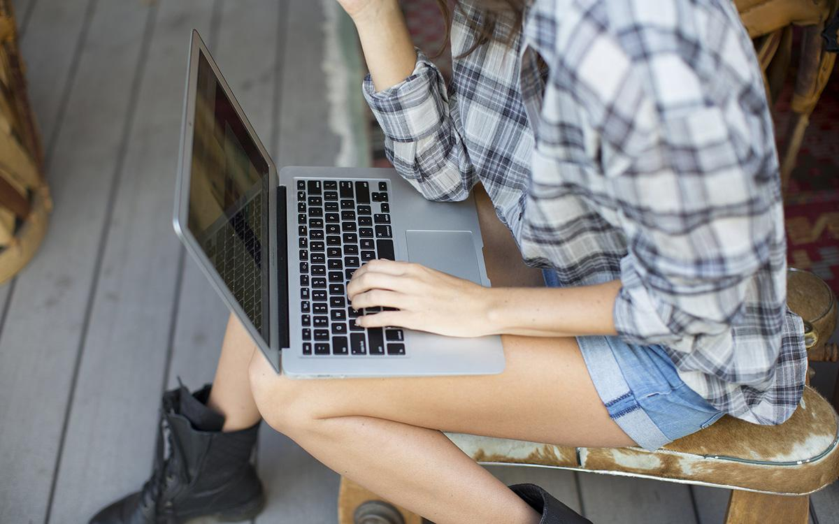 MacBook-air-girl-.jpg
